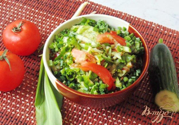 фото рецепта: Весенний салат с огурцом, черемшой и помидором