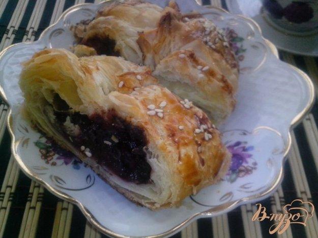 фото рецепта: Плетёнка с вишней и шоколадом