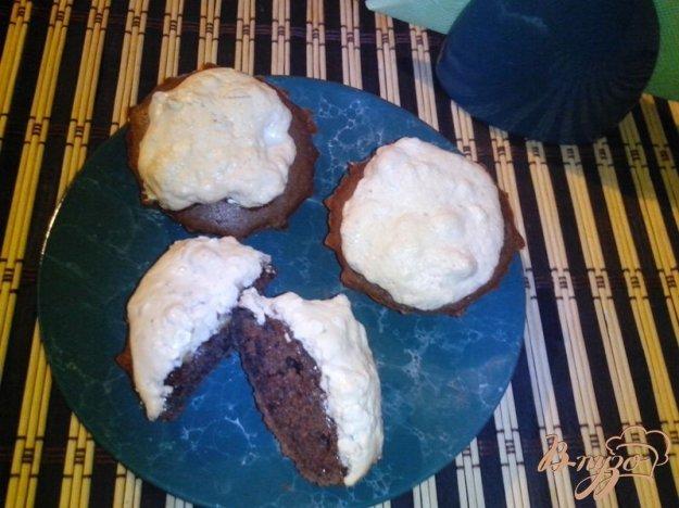 фото рецепта: Шоколадные кексы с ореховым безе