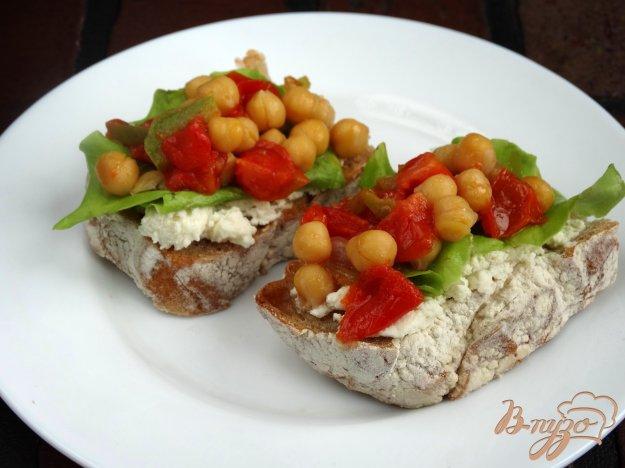 фото рецепта: Брускета с нутом, сыром и овощами