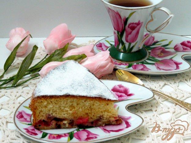 фото рецепта: Бисквитный пирог с ревенем