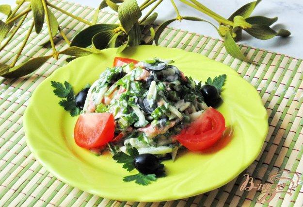 фото рецепта: Салат с маслинами, помидором и  черемшой