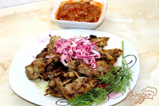 фото рецепта: Мясная косичка с маринованным луком и соусом