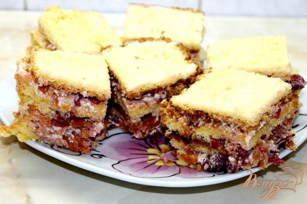 фото рецепта: Бисквитное пирожное с вишнями и сгущенным молоком