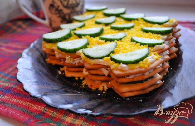 фото рецепта: Закуска из лукового  крекера,  сыра и огурца