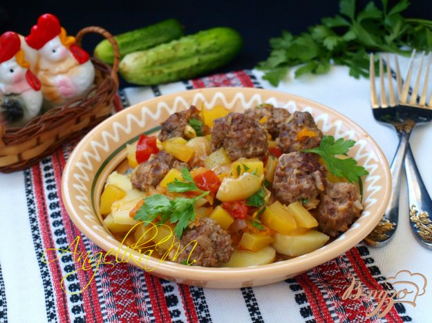 фото рецепта: Обжаренные фрикадельки с соусом из овощей