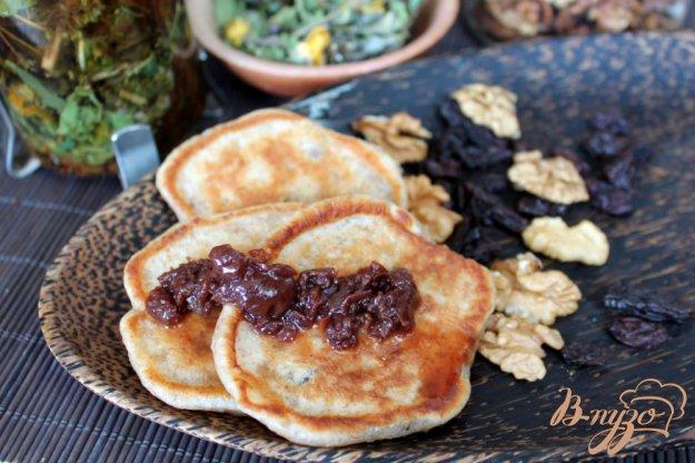 фото рецепта: Высивковые оладьи с изюмом и орехами