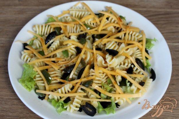 фото рецепта: Паста с листьями, оливками и сыром