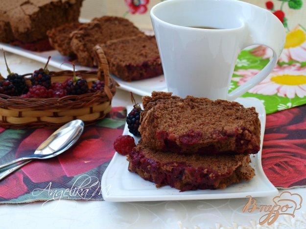 фото рецепта: Бисквитный шоколадный кекс с ягодами