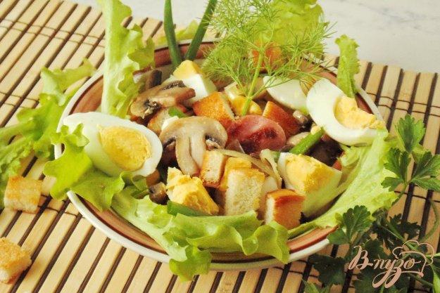 фото рецепта: Тёплый салат с грибами  и сухариками