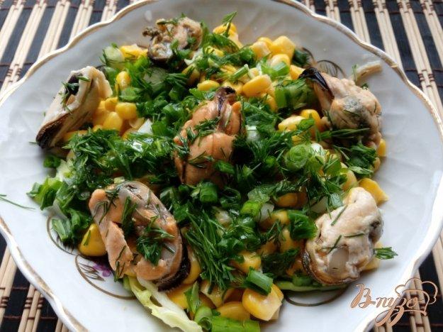 фото рецепта: Салат с мидиями и молодой капустой