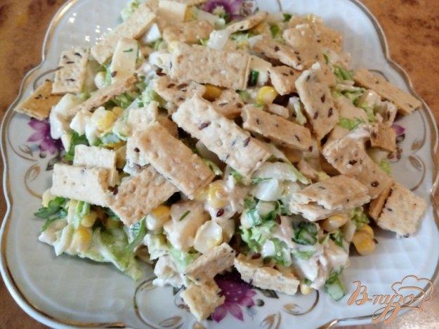 фото рецепта: Салат «Майский» с курицей и печеньем