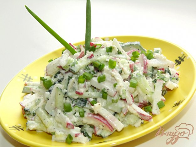 фото рецепта: Салат из редиса, огурца и мягкого сыра