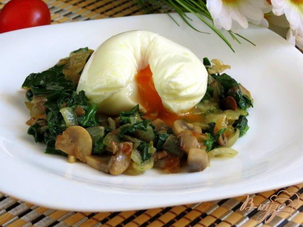 фото рецепта: Тёплый салат из шпината, с грибами и яйцом пашот.