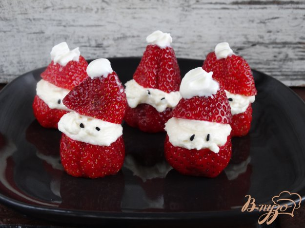 фото рецепта: Санта Клаусы из клубники