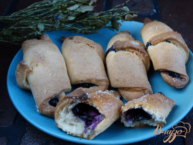 фото рецепта: Рогалики с черникой и творогом