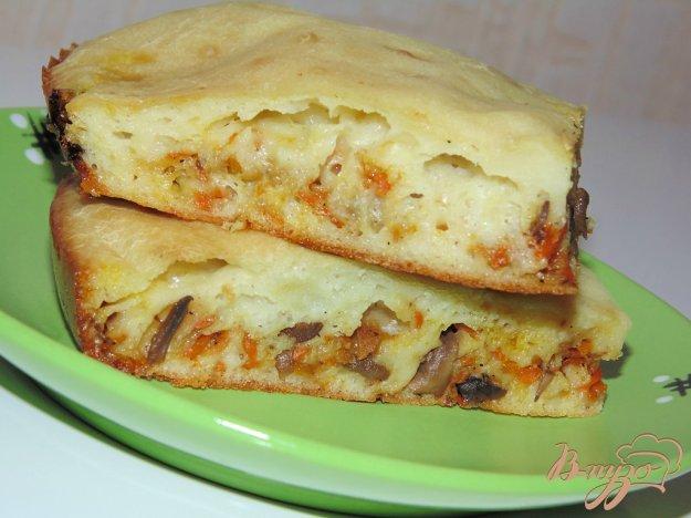 фото рецепта: Заливной пирог с шампиньонами, луком и морковью
