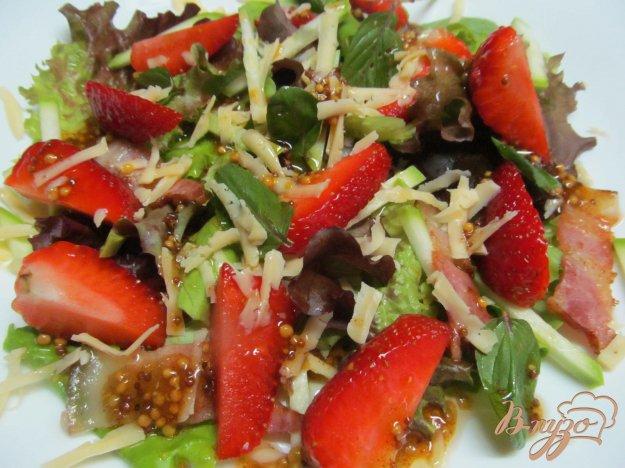 фото рецепта: Салат из клубники с беконом и кабачком