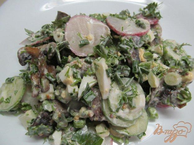 фото рецепта: Салат из жаренных грибов редиса и огурца