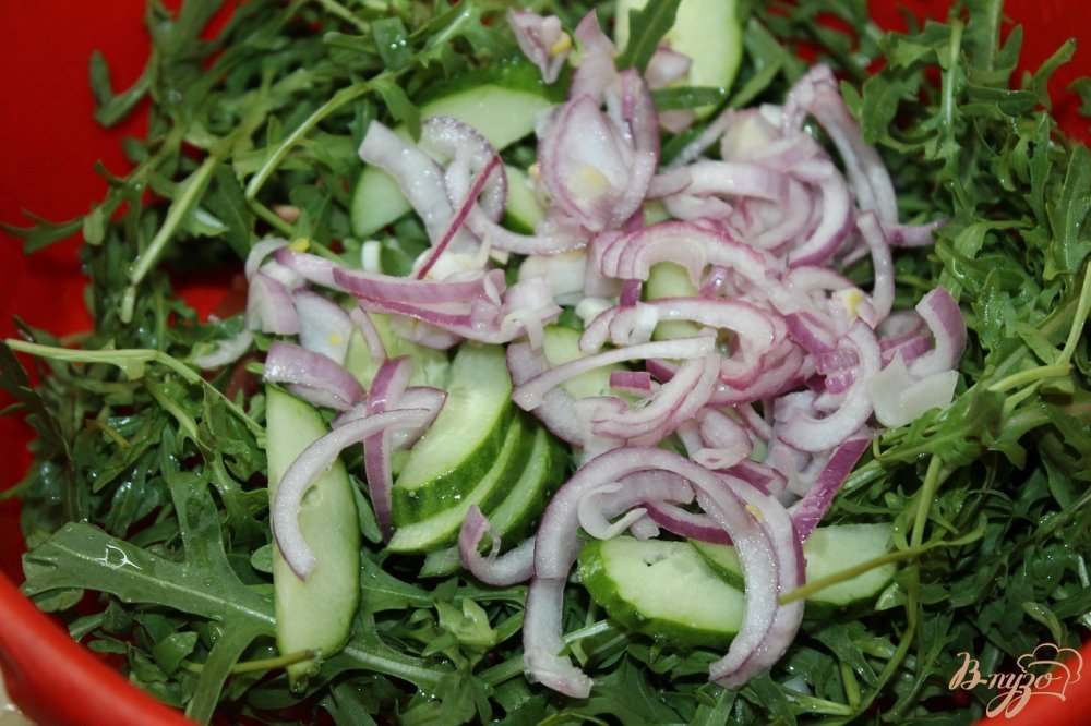Салат с кунжутом и рукколой