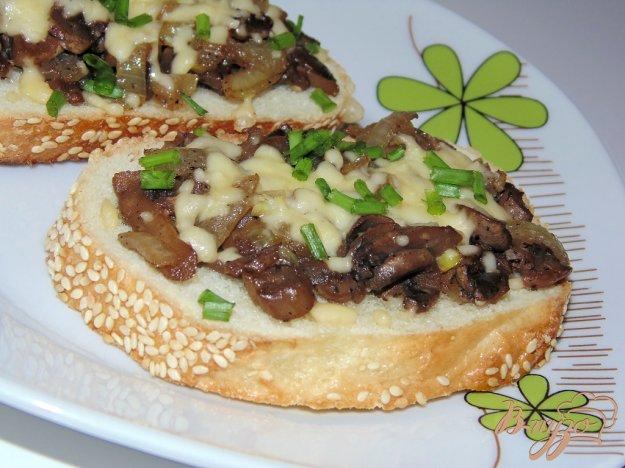 фото рецепта: Грибные гренки с твердым сыром