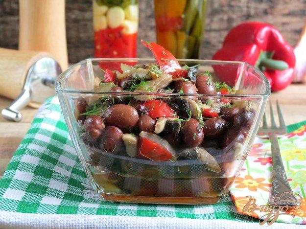 фото рецепта: Тёплый салат с фасолью и грибами