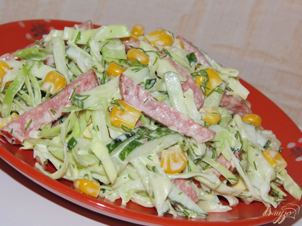 Салат с фасолью и сосисками