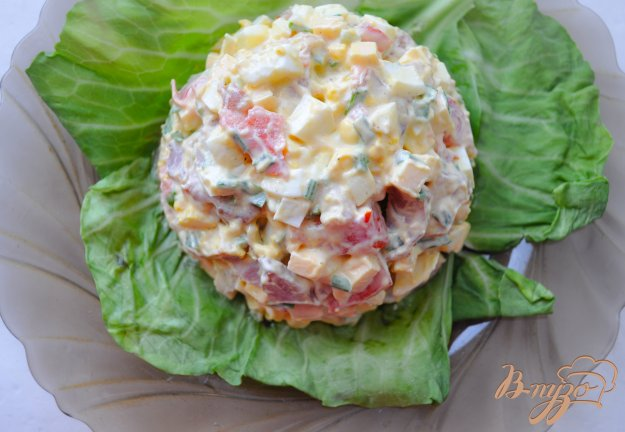 Салат с копченым окорочком помидором и сыром