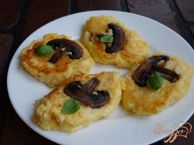 фото рецепта: Оладьи из кукурузной каши с грибами