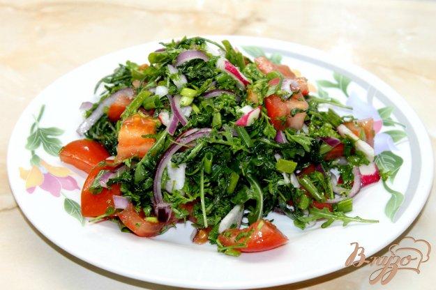 фото рецепта: Салат с помидором, рукколой и крымским маринованным луком