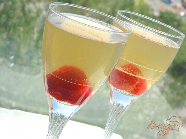фото рецепта: Желе из шампанского с клубникой