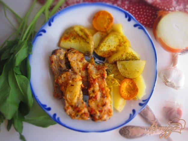 фото рецепта: Ребра запеченные в остром маринаде с картофелем