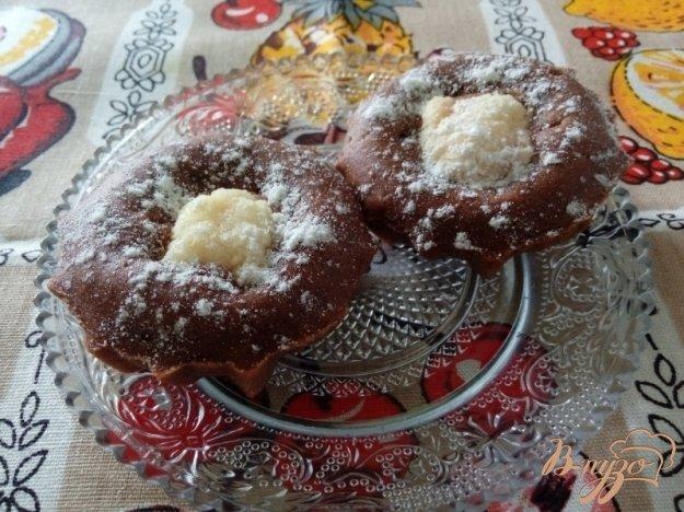 фото рецепта: Кексы с какао и творожно-кокосовыми шариками с вишней