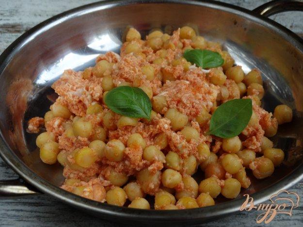 фото рецепта: Нут в томатном соусе с яйцом