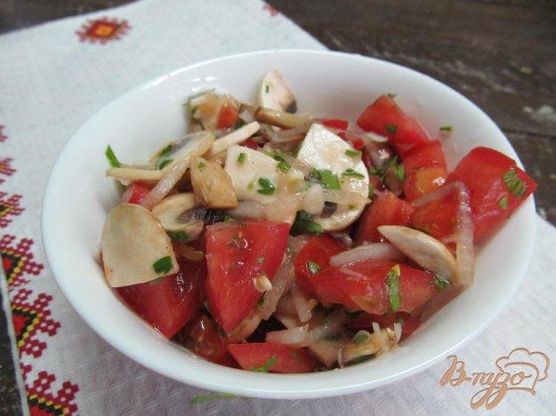фото рецепта: Освежающий салат с помидором и шампиньоном