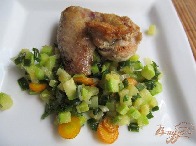 фото рецепта: Куриные крылья на кабачковом рагу
