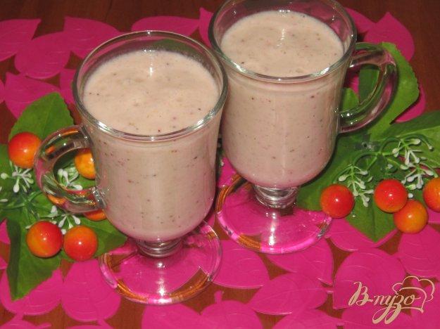 фото рецепта: Молочный коктейль из банана, киви, клубники и черешни