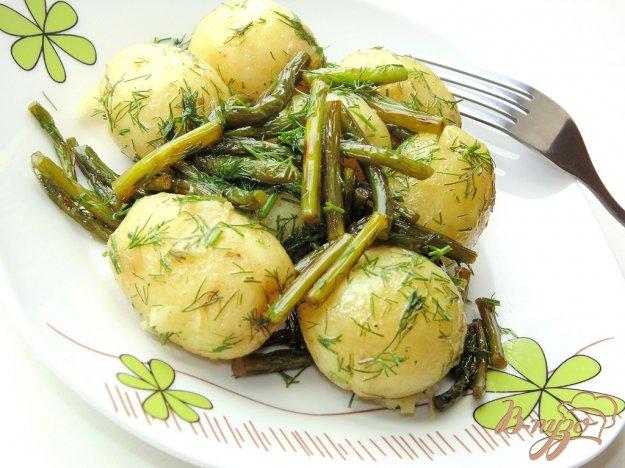 фото рецепта: Молодой картофель с укропом и чесночными стрелками
