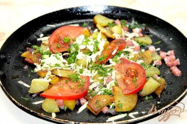 фото рецепта: Жаренный картофель по - домашнему с овощами, колбасой и сыром