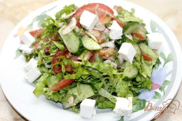фото рецепта: Салат с сыром фета, шампиньонами и свежими овощами