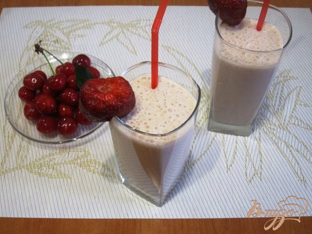 фото рецепта: Молочный коктейль с персиками, клубникой и бананом