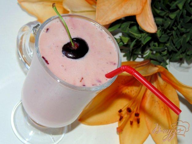 фото рецепта: Смузи с черешней на домашнем йогурте