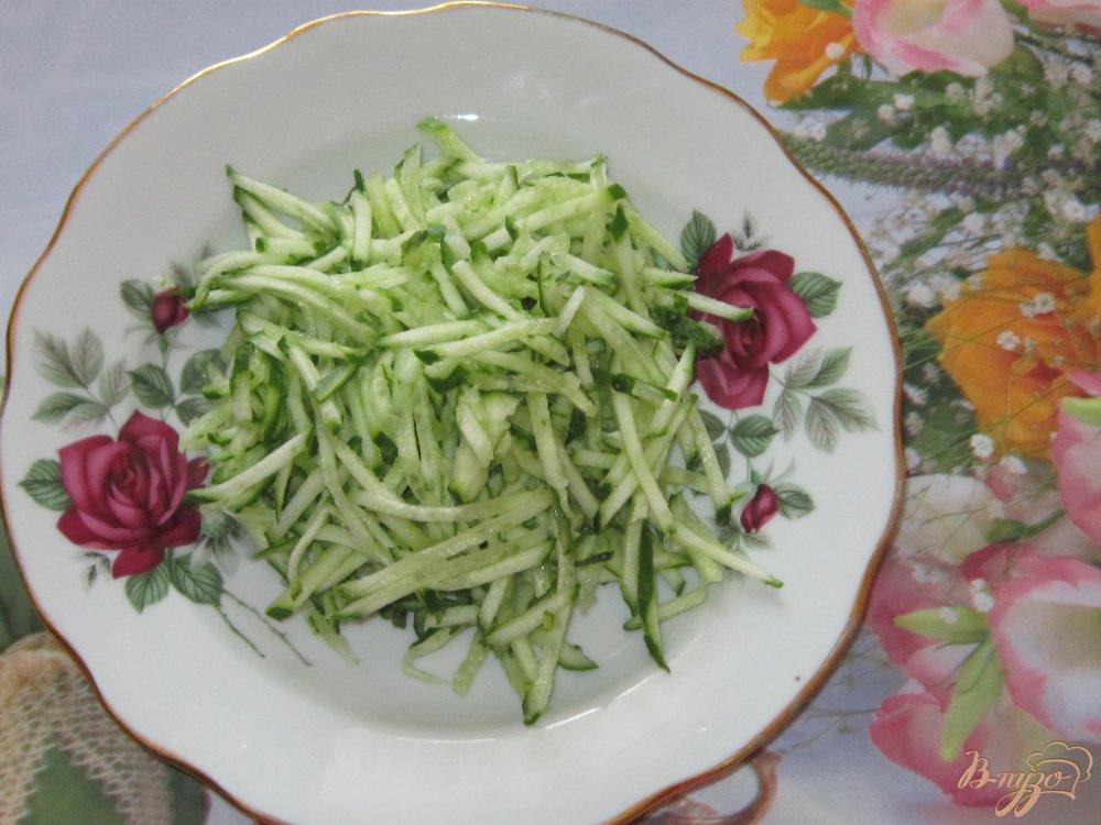 Фото приготовление рецепта: Слоеный салат с ветчиной огурцом и кукурузой шаг №1