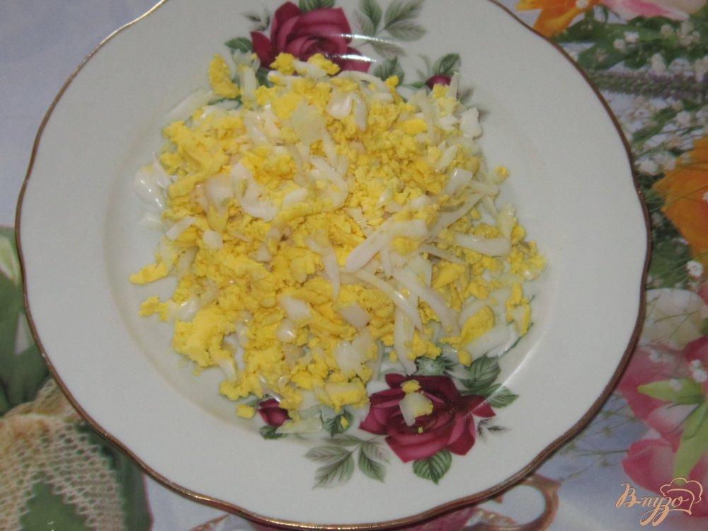 Фото приготовление рецепта: Слоеный салат с ветчиной огурцом и кукурузой шаг №2