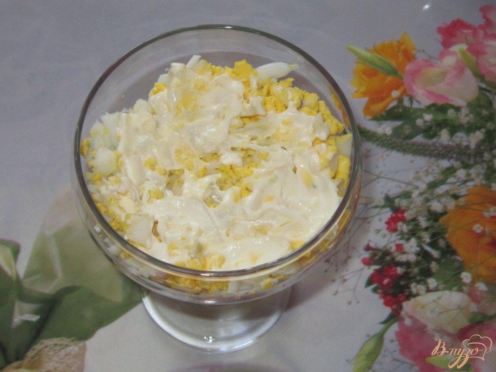 Фото приготовление рецепта: Слоеный салат с ветчиной огурцом и кукурузой шаг №6