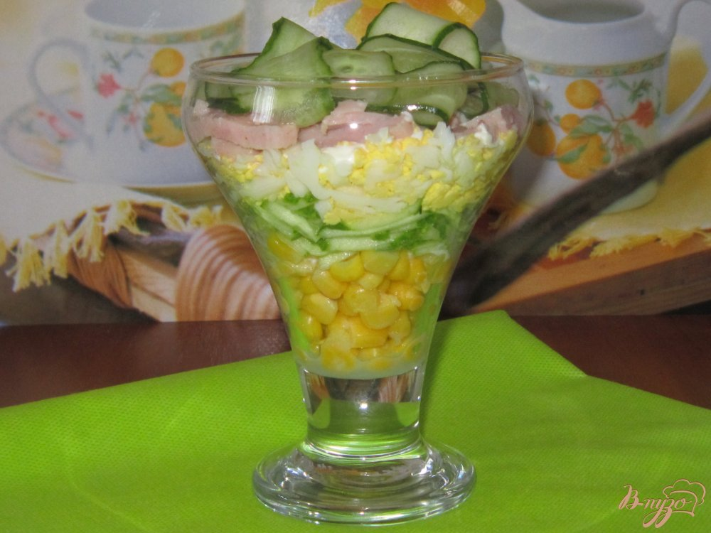 Фото приготовление рецепта: Слоеный салат с ветчиной огурцом и кукурузой шаг №8