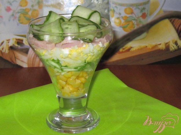 фото рецепта: Слоеный салат с ветчиной огурцом и кукурузой