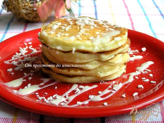 фото рецепта: Творожные панкейки с кокосовой стружкой