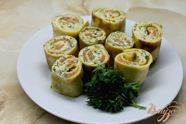 фото рецепта: Блинные рулеты с слабосоленым лососем и сыром с зеленью
