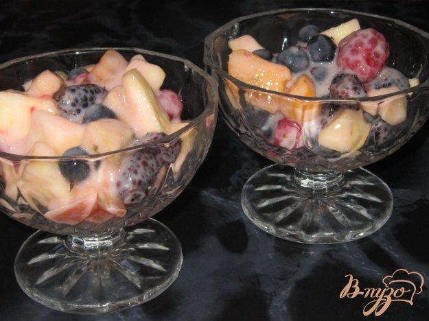 фото рецепта: Фруктовый салат из малины, абрикоса, шелковицы и черной смородины